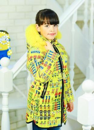 Модная яркая желтая зимняя куртка парка с поясом мехом с рисун...