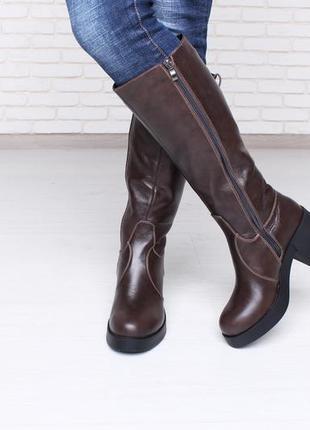 Модные стильные коричневые зимние сапоги на широком каблуке100...