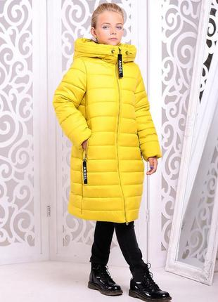 Красивая зимняя желтая куртка-пальто на девочку надпись на спи...