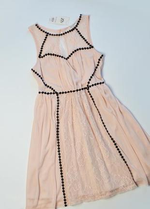 Нежное пудровое платье с гипюровыми вставками