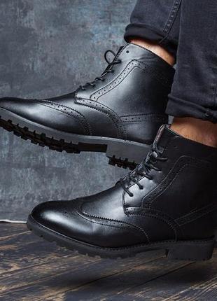 Классические мужские ботинки, чёрные кожаные с мехом.