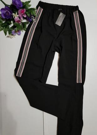 Модные брюки с разрезами и лампасами