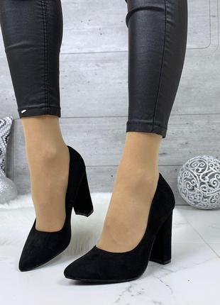 Шикарные черные туфли на высоком устойчивом каблуке