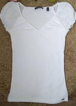 Чудесная белая футболка с v-образным вырезом и шёлковыми рукав...