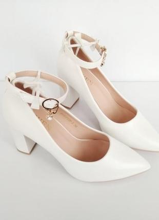 Белые туфли на каблуке с ремешком и пряжкой 39,40р