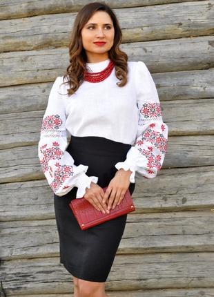 Жіноча вишиванка з тадиційною українською вишивкою