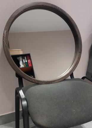 Зеркало круглое в деревянной раме.