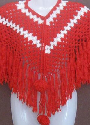 Пончо на девочку вязанное красное с бахромой с помпонами. бюдж...