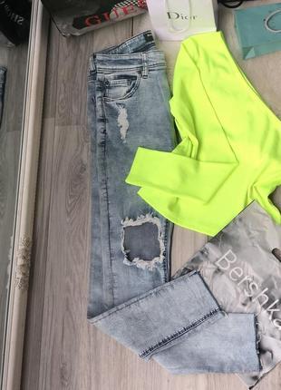 Стильные джинсы с высокой посадкой и кофта на одно плечо