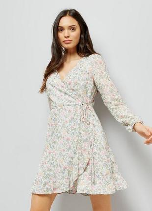 Нежное платье на запах в цветочный принт с оборкой asos, длинн...