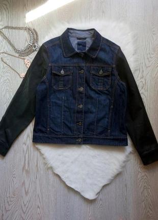Синяя плотная джинсовая куртка с черными кожаными рукавами с н...