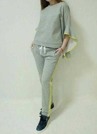 Прогулочный/спортивный костюм серого цвета с желтой окантовкой