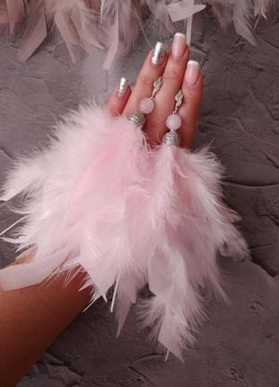 Розовые серьги перья
