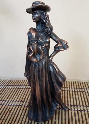 """Скульптура """"дама в шляпе"""""""