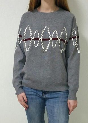 Пуловер серого цвета с белой расшивкой yuka paris, франция