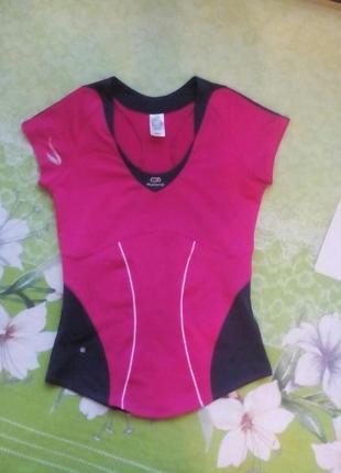 Спортивная розовая футболка от известного бренда