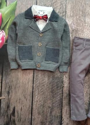 Нарядний костюм: рубашка, бабочка, піджак, штани.