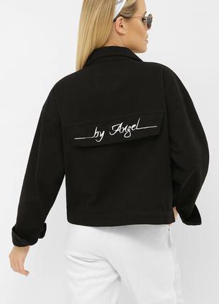 Черная джинсовая короткая куртка с надписью. стильная куртка -...