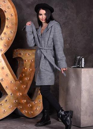 Стильное женское демисезонное пальто с капюшоном