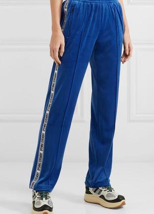 Мега трендовые велюровые спортивные штаны с лампасами надписям...