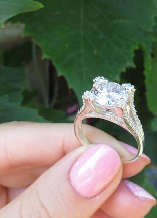 Шикарное кольцо в камнях