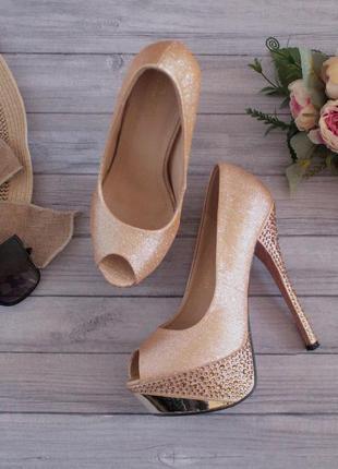 Шикарные золотые глиттерные туфли на высокой шпильке