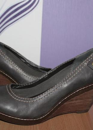 Кожаные туфли на танкетке clarks