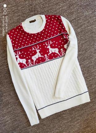 Свитер с оленями. новогодний белый свитер