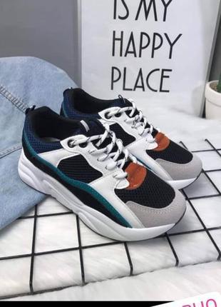 Разноцветные кроссовки на белой высокой подошве