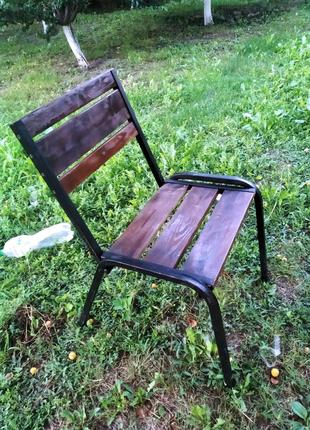 Садовые стулья и стол.
