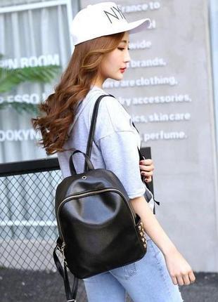 Черный практичный рюкзак с заклепками, с выходом для наушников