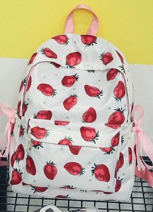 Яркий белый милый рюкзак в клубничках. рюкзак для школы