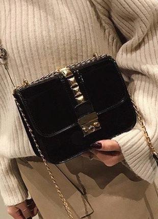 Маленькая черная лаковая сумка через плечо на цепочке