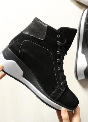 Замшевые женские зимние спортивные черные ботинки на танкетке ...