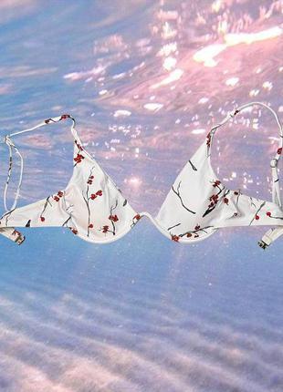 Белый цветочный верх купальника с чашечками