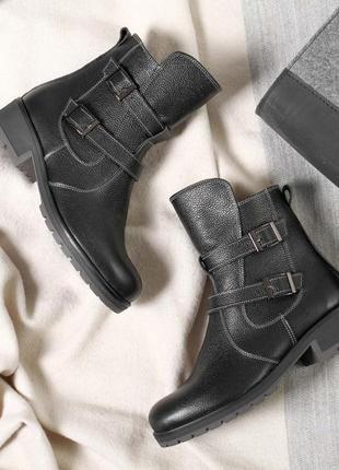 Кожаные зимние женские черные ботинки с пряжками низкий каблук...