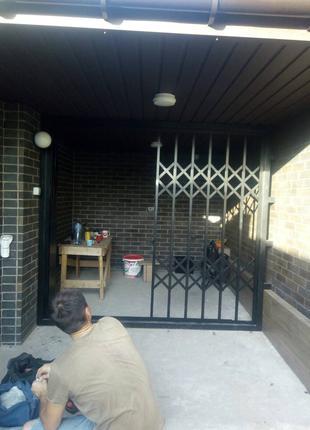 Раздвижные металлические решетки на двери гармошка Киев