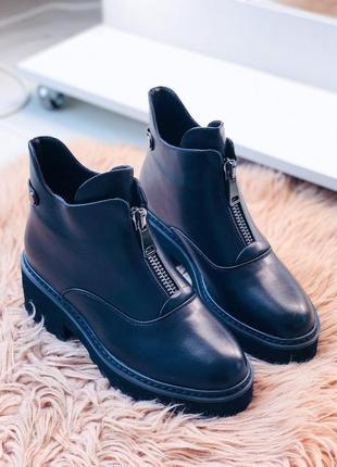 Черные зимние ботинки на низком каблуке