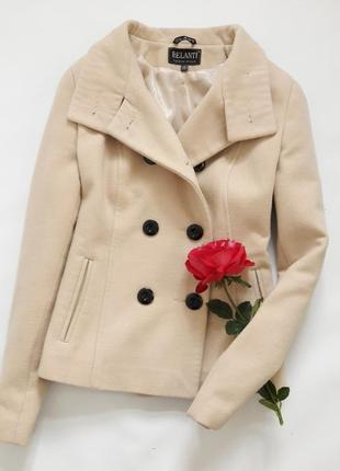 Интересное пальто песочного цвета