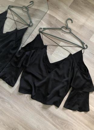 Красивая блуза с рюшами и переплетом на спинке