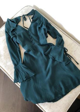 Темно изумрудное платье с пуговицами на груди и рюшами