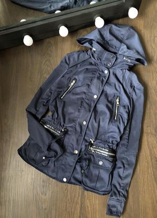 Куртка ветровка с фурнитурой.