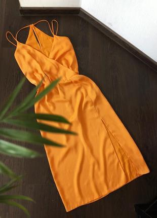 Сатиновое платье в бельевом стиле с разрезом на ножке