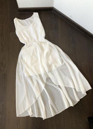 Белое платье с каскадной шифоновой юбкой