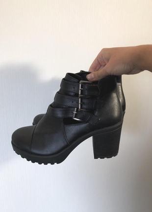 Идеальные ботинки с вырезами на толстом каблуке
