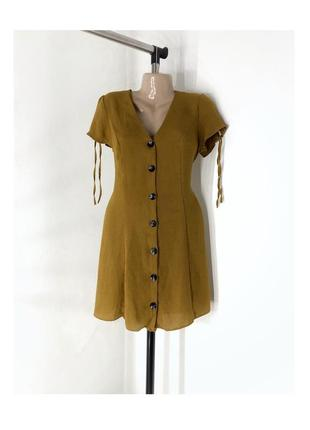 Платье на пуговицах цвета горчицы.