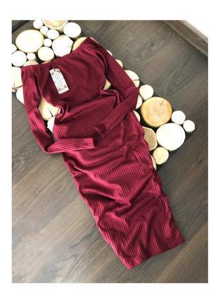 Платье в рубчик винного цвета на плечи