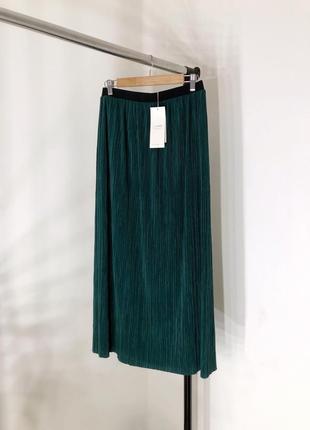 Зелёная юбка плиссе длины миди.
