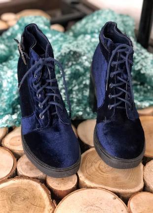 Велюровые ботинки на толстом каблуке с пряжкой