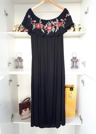 Длинное платье с открытыми плечами и вышивкой boohoo